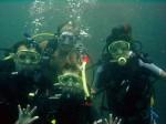 Glückliche Padi Open Water Diver Schüler mit einem anderen Michael