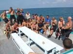 Gruppe von Tauchern auf dem Chaloklum Diving Boot